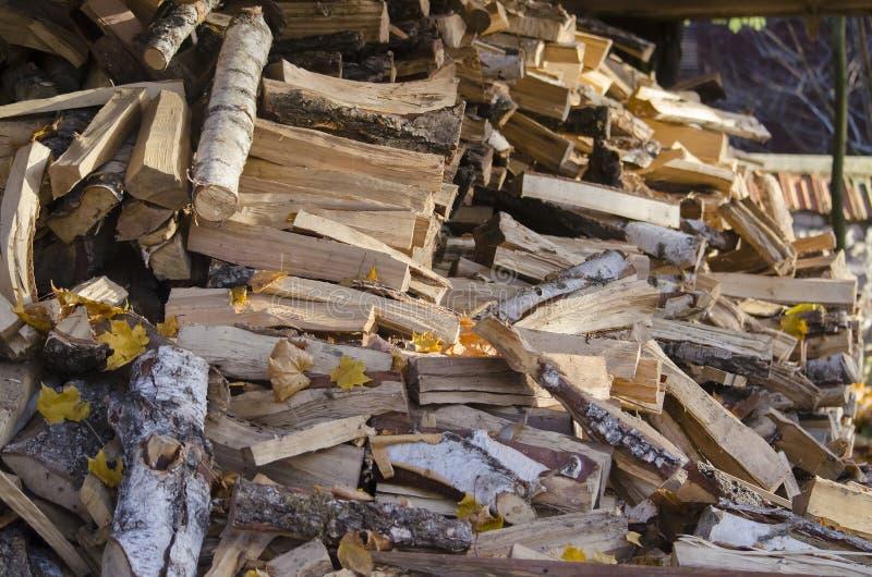 Πελεκημένο και πριονισμένο ξύλο για την ανάφλεξη του φούρνου στοκ εικόνες με δικαίωμα ελεύθερης χρήσης