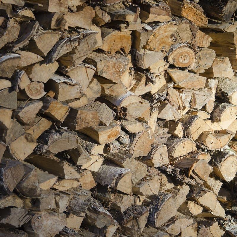 Πελεκημένο και πριονισμένο ξύλο για την ανάφλεξη του φούρνου στοκ φωτογραφία με δικαίωμα ελεύθερης χρήσης