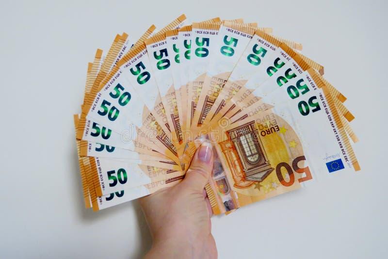 Πενήντα ευρο- τραπεζογραμμάτια σε μια άσπρη κινηματογράφηση σε πρώτο πλάνο υποβάθρου στοκ εικόνες