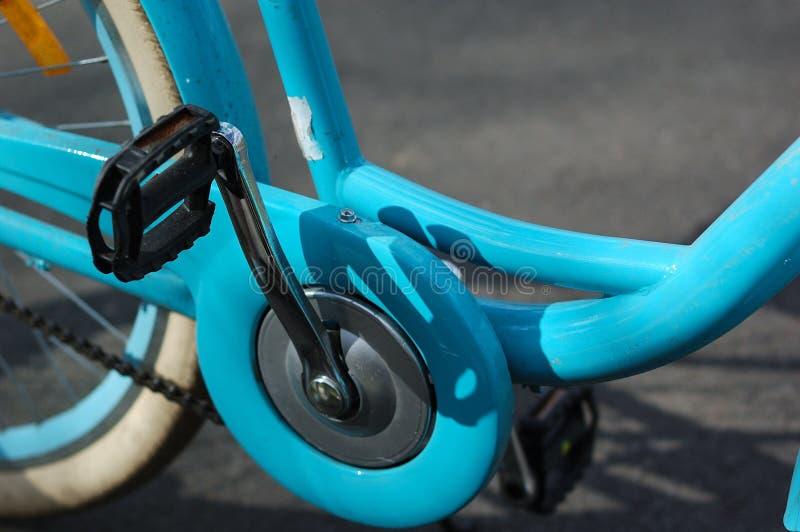 Πεντάλια ενός φωτεινού μπλε εκλεκτής ποιότητας ποδηλάτου στοκ φωτογραφίες