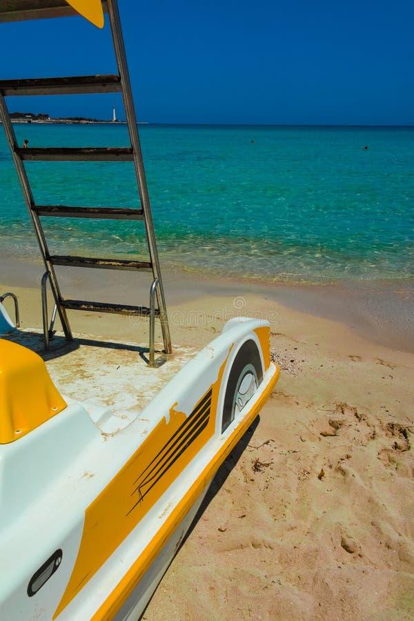 Πεντάλι-βάρκες με τις φωτογραφικές διαφάνειες νερού στην παραλία στοκ εικόνα με δικαίωμα ελεύθερης χρήσης
