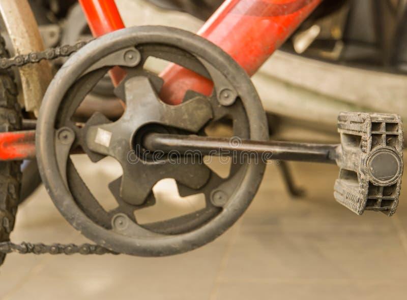 Πεντάλι και αλυσίδα του εκλεκτής ποιότητας ποδηλάτου για την άσκηση στοκ εικόνες
