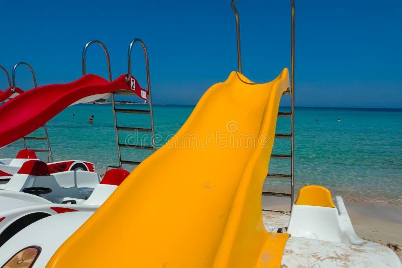 Πεντάλι-βάρκες με τις φωτογραφικές διαφάνειες νερού στην παραλία στοκ φωτογραφίες με δικαίωμα ελεύθερης χρήσης