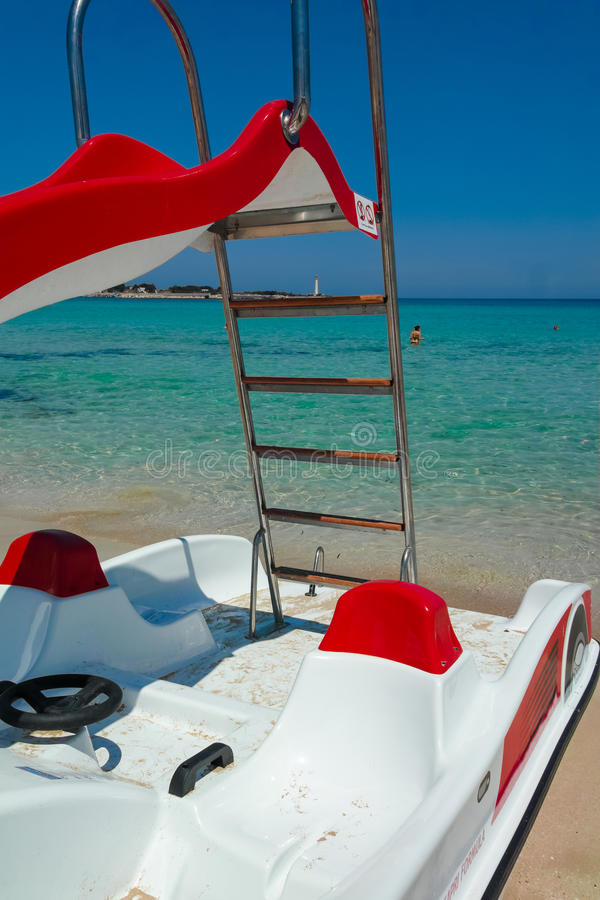 Πεντάλι-βάρκες με τις φωτογραφικές διαφάνειες νερού στην παραλία στοκ εικόνα