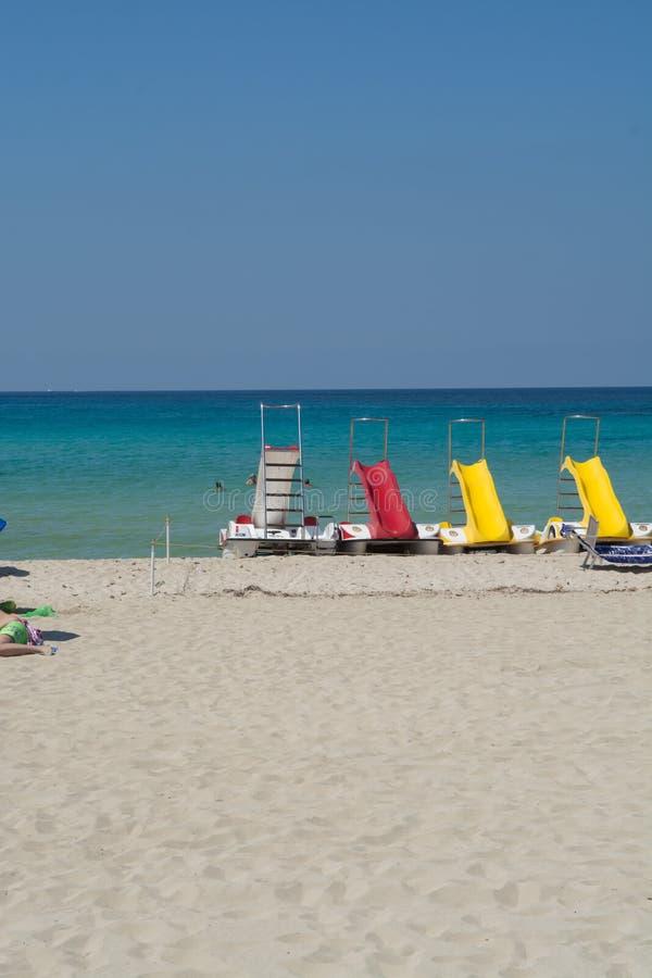 Πεντάλι-βάρκες με τις φωτογραφικές διαφάνειες νερού στην παραλία στοκ εικόνες