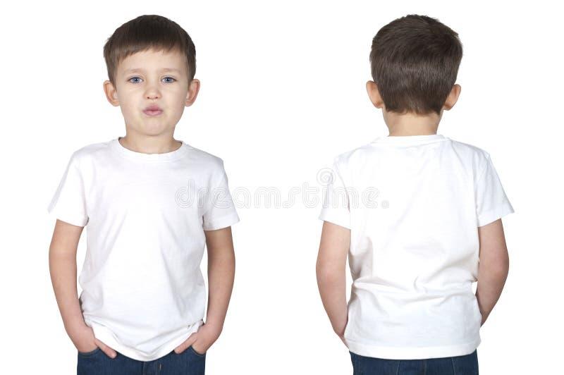 Πενταετές παλαιό αγόρι κατά μια άσπρη μπροστινή και πίσω άποψη μπλουζών στοκ εικόνες