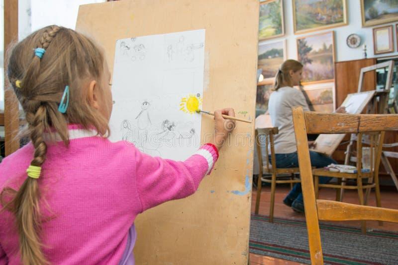 Πενταετείς κορίτσι και μητέρα που μαθαίνουν να χρωματίζει στο στούντιο του καλλιτέχνη στοκ φωτογραφία με δικαίωμα ελεύθερης χρήσης