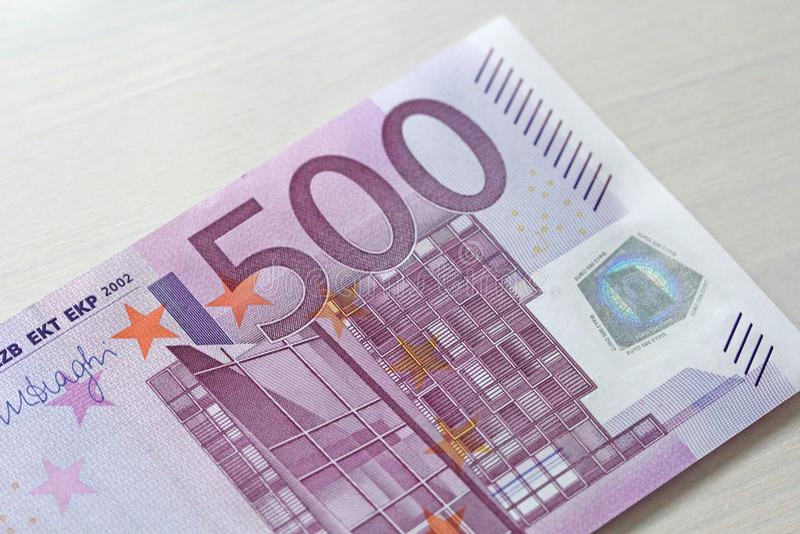 Πεντακόσια ευρώ 500 ευρώ με μια σημείωση 500 ευρώ στοκ εικόνα