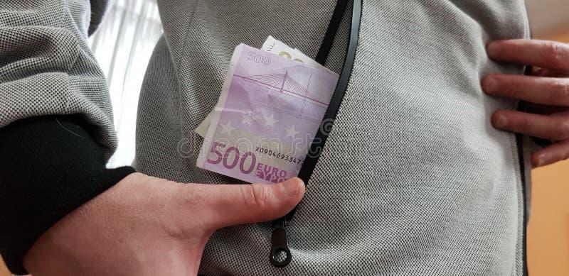 Πεντακόσιοι ευρο- λογαριασμοί σε μια τσέπη του λευκού στοκ φωτογραφίες