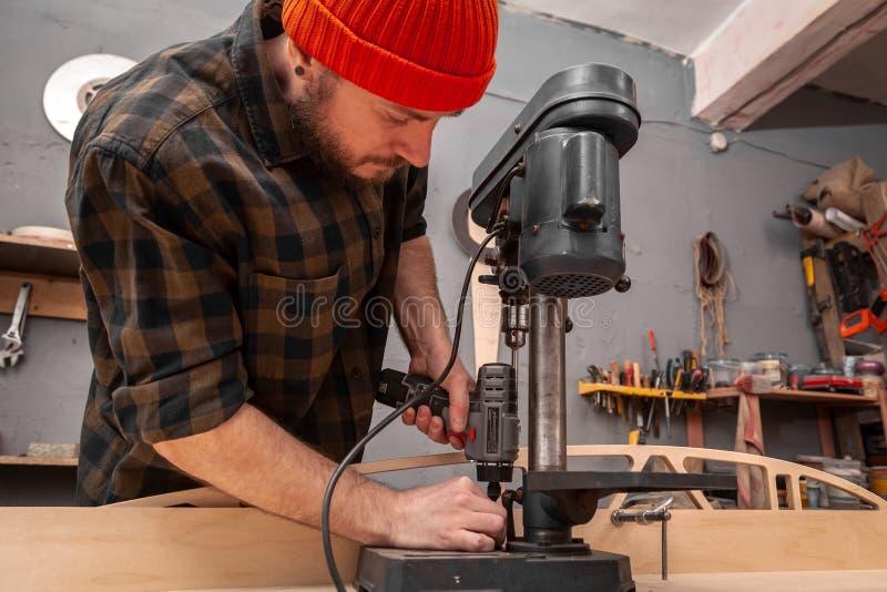 πεπειραμένη εργασία ξυλουργών στο εργαστήριο στοκ εικόνες με δικαίωμα ελεύθερης χρήσης