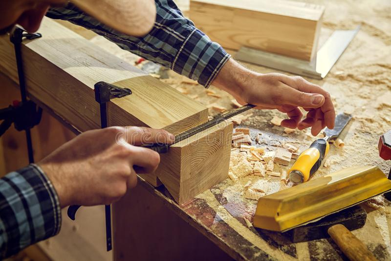 Πεπειραμένος ξυλουργός στο εργαστήριο στοκ εικόνες