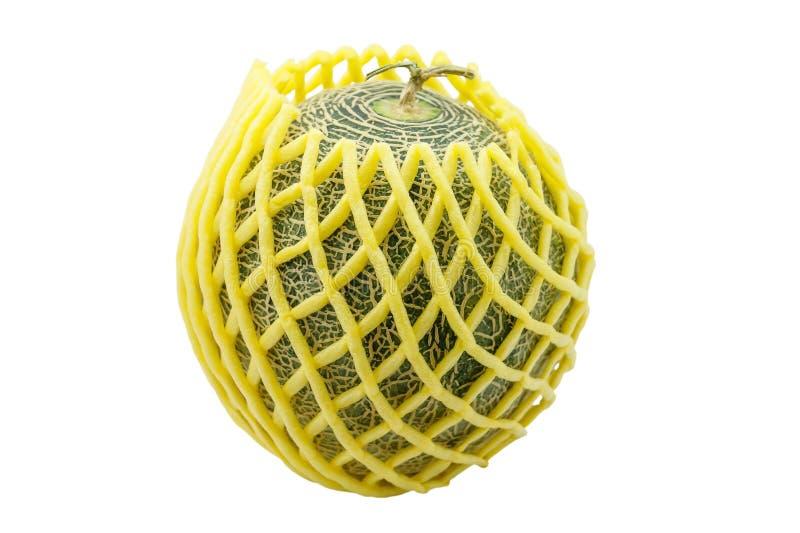 Πεπόνι στο κίτρινο προστατευόμενο από τους κραδασμούς υλικό που απομονώνεται στο λευκό στοκ εικόνες