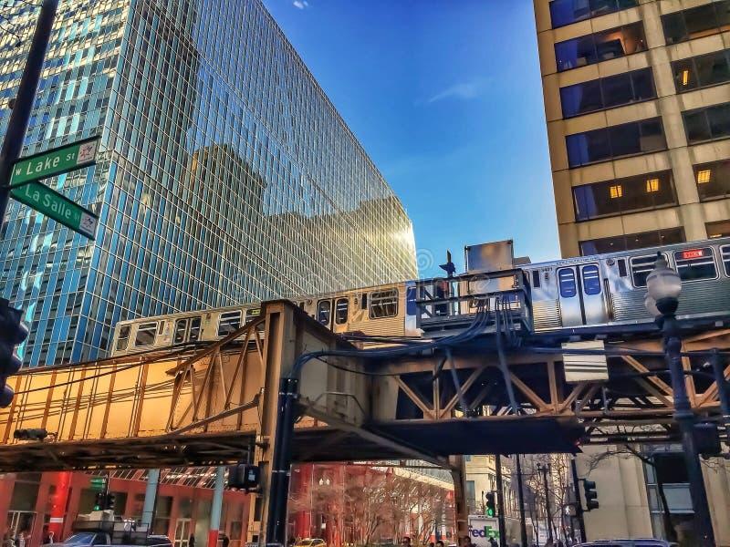 Περάσματα τραίνων του Σικάγου ` s EL μέσω της πόλης στη μεσημβρία στοκ εικόνα με δικαίωμα ελεύθερης χρήσης