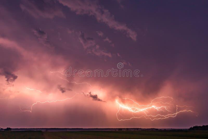 Περίβολος επάνω με την αστραπή με τη δραματική σύνθετη εικόνα σύννεφων Thunder-storm νύχτας στοκ φωτογραφία