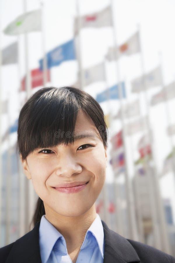 Περίβολος επάνω στο πορτρέτο της χαμογελώντας νέας επιχειρηματία στοκ φωτογραφίες