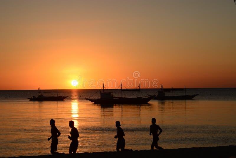 Περίγραμμα δρομέων στο ηλιοβασίλεμα Λευκή παραλία Νήσος Μπορακάι Ακλάν Δυτικές Βισάγιας Φιλιππίνες στοκ εικόνα με δικαίωμα ελεύθερης χρήσης