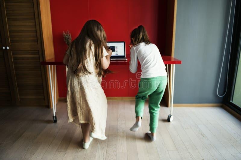 Περίεργη έννοια lap-top μικρών κοριτσιών στοκ εικόνα με δικαίωμα ελεύθερης χρήσης