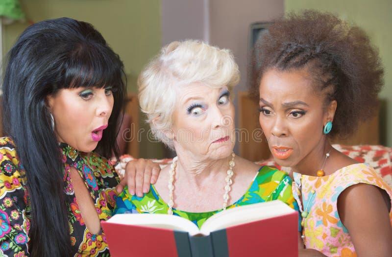 Περίεργη ανάγνωση γυναικών από κοινού στοκ φωτογραφία