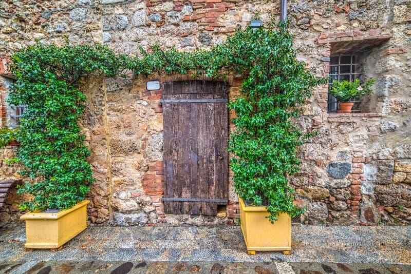 Περίεργη γωνία με τον ξύλινο πάγκο σε Monteriggioni στοκ φωτογραφία