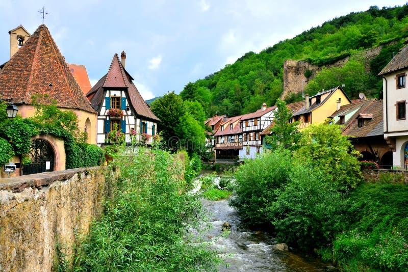 Περίεργη πόλη Kayserberg, Αλσατία, Γαλλία με το κανάλι στοκ εικόνα