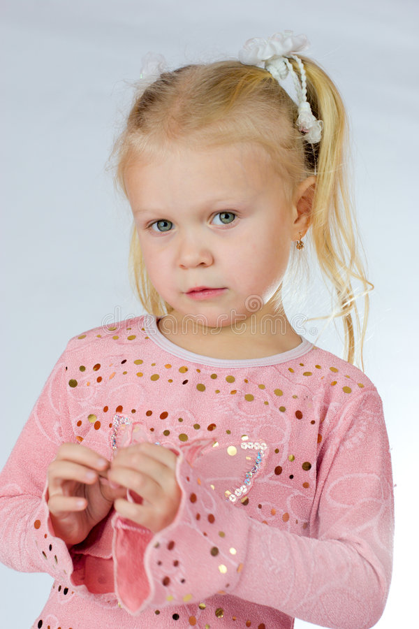 περίεργο κορίτσι λίγη ρίψη στοκ εικόνα