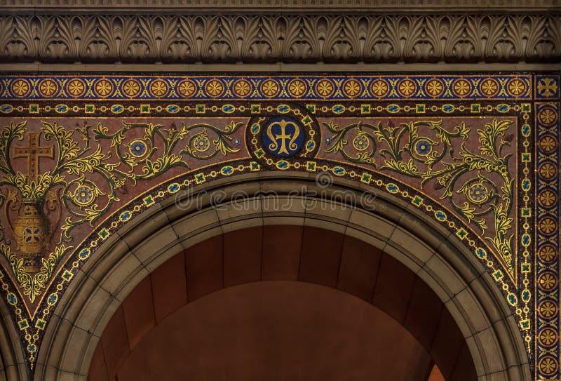 Περίκομψη αψίδα που διακοσμείται με το χρυσό κεραμίδι στα floral σχέδια μέσα στοκ εικόνες με δικαίωμα ελεύθερης χρήσης
