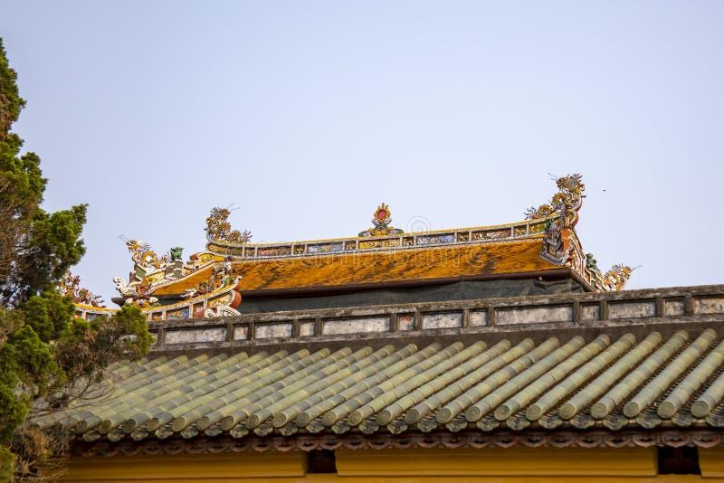 Περίκομψη στέγη στην ακρόπολη του χρώματος στο Βιετνάμ στοκ εικόνες