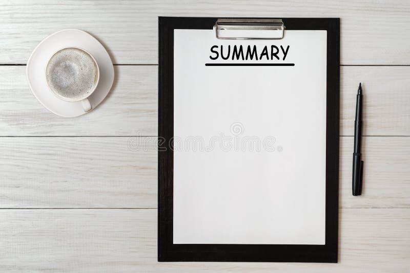 Περίληψη - γραφή σε χαρτιά με το φλιτζάνι του καφέ και τη μάνδρα, επιχειρησιακή έννοια στοκ φωτογραφία