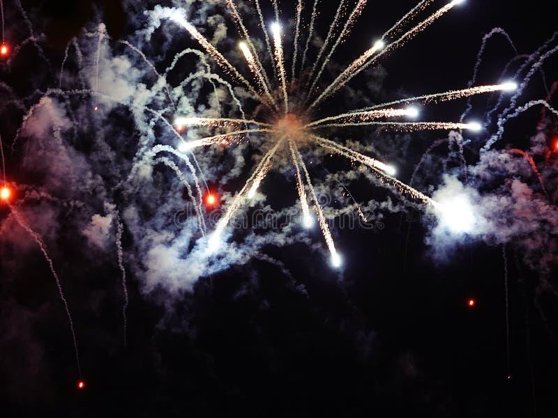 Περίληψη, πυροτεχνήματα, θολωμένη εικόνα αφηρημένο ανασκόπησης Χριστουγέννων σκοτεινό διακοσμήσεων σχεδίου λευκό αστεριών προτύπω στοκ εικόνα
