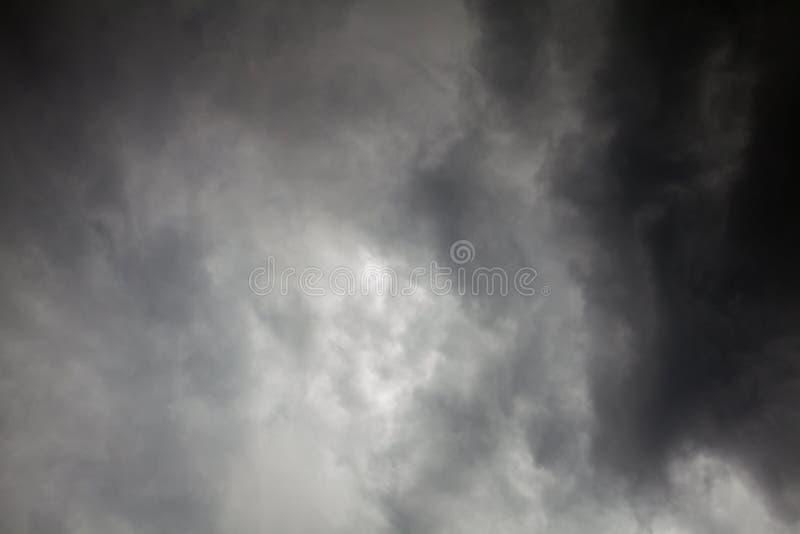 Περίληψη του σκοτεινού σύννεφου πριν από τη θύελλα στοκ εικόνα με δικαίωμα ελεύθερης χρήσης