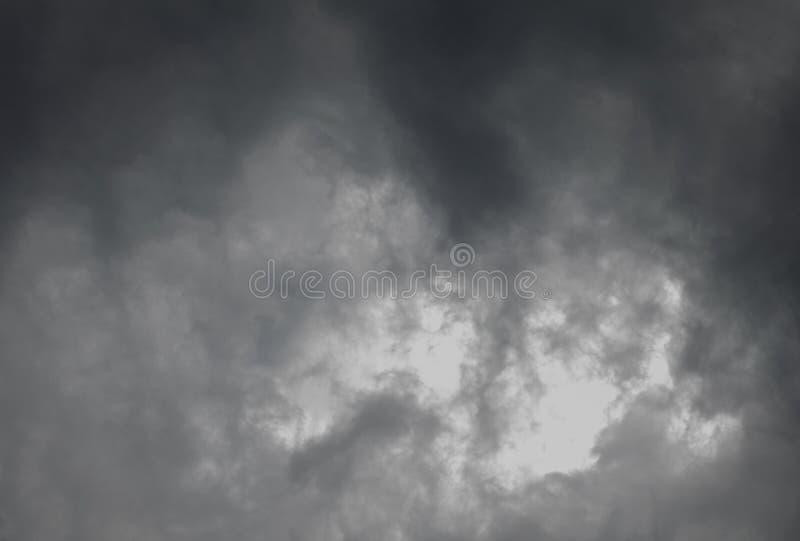 Περίληψη του σκοτεινού σύννεφου πριν από τη θύελλα στοκ εικόνες