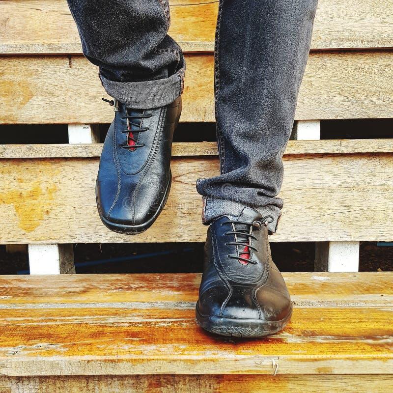 Περίπατοι ατόμων κάτω στα ξύλινα σκαλοπάτια στοκ φωτογραφία με δικαίωμα ελεύθερης χρήσης