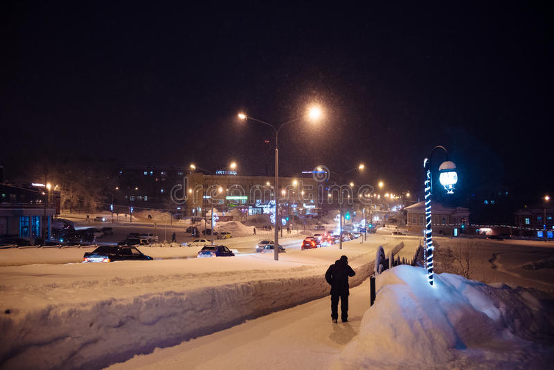 Περίπατοι γύρω από την πόλη: ένας από τους κεντρικούς δρόμους ο χειμώνας νύχτας στοκ φωτογραφία