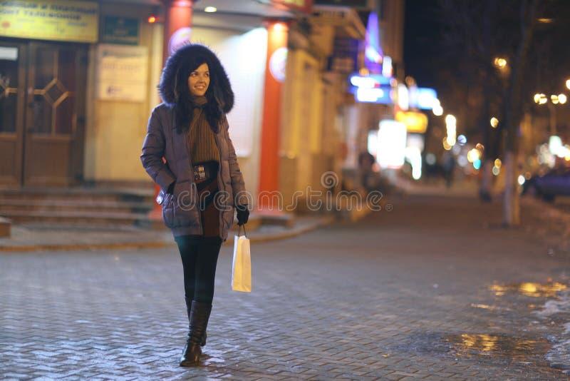 Περίπατοι κοριτσιών στην πόλη χειμερινής νύχτας στοκ φωτογραφίες