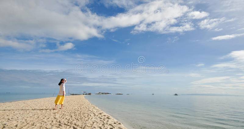 Περίπατοι νέων κοριτσιών στη μακριά στενή παραλία στοκ εικόνα