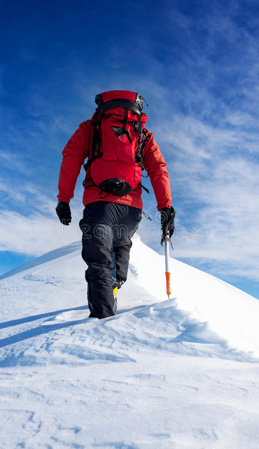 Περίπατοι ορεσιβίων στη σύνοδο κορυφής μιας χιονώδους αιχμής Έννοιες: αποτρέψτε στοκ φωτογραφία με δικαίωμα ελεύθερης χρήσης