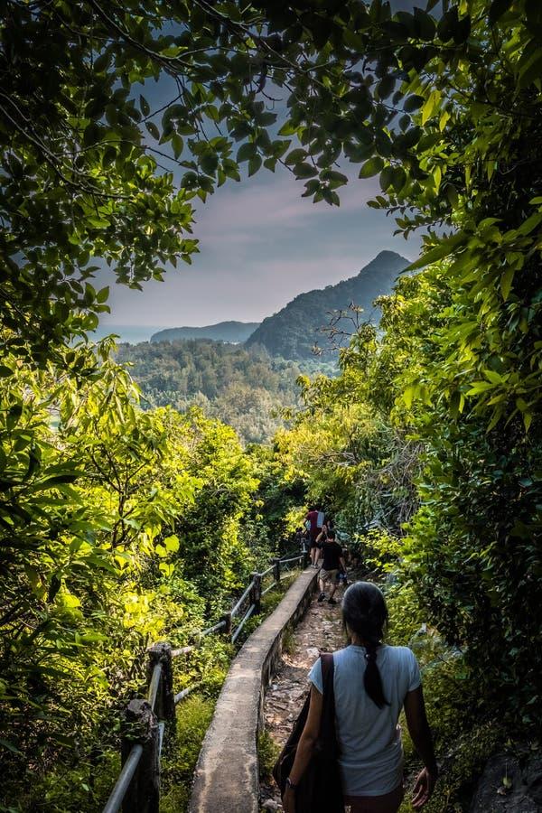 Περίπατος γυναικών στην πορεία βουνών στη σπηλιά Phraya Nakhon σε Pranburi στοκ φωτογραφία με δικαίωμα ελεύθερης χρήσης