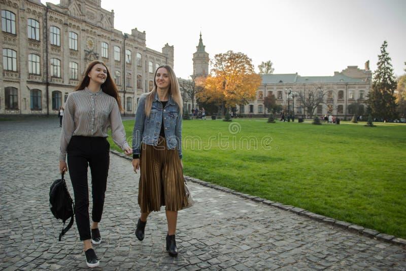 Περίπατος δύο όμορφος κοριτσιών κοντά στο πανεπιστήμιο στοκ φωτογραφίες