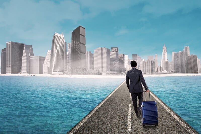 Περίπατος επιχειρηματιών προς τη σύγχρονη πόλη στοκ εικόνες