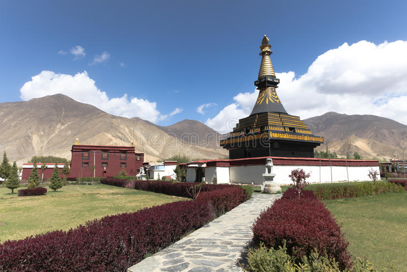 Περίπατος θιασωτών γύρω από το μαύρο stupa στο μοναστήρι Samye στοκ εικόνες
