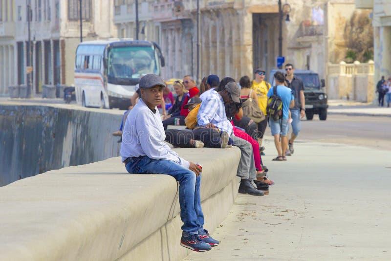 Περίπατος και άνθρωποι Malecon στην Αβάνα, Κούβα, καραϊβική στοκ φωτογραφία με δικαίωμα ελεύθερης χρήσης