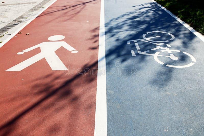 Περίπατος και τρόπος ποδηλάτων στοκ εικόνα