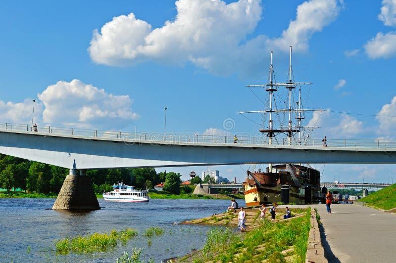 Περίπατος κατά μήκος του ποταμού Volkhov με τη για τους πεζούς ναυαρχίδα γεφυρών και φρεγάτων reastaurant στη θερινή ημέρα σε Vel στοκ εικόνες