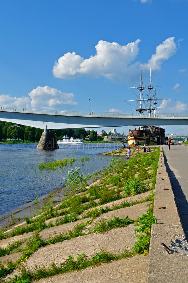 Περίπατος κατά μήκος του ποταμού Volkhov με τη για τους πεζούς ναυαρχίδα γεφυρών και φρεγάτων reastaurant στη θερινή ημέρα σε Vel στοκ φωτογραφία με δικαίωμα ελεύθερης χρήσης