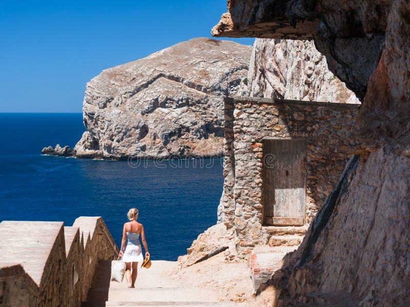 Περίπατος κατά μήκος των απότομων βράχων στοκ φωτογραφία με δικαίωμα ελεύθερης χρήσης