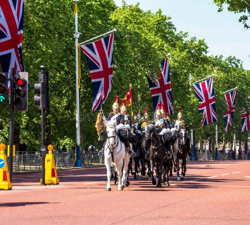 Περίπατος οικιακού ιππικού κατά μήκος της λεωφόρου στο Λονδίνο, Αγγλία στοκ φωτογραφίες