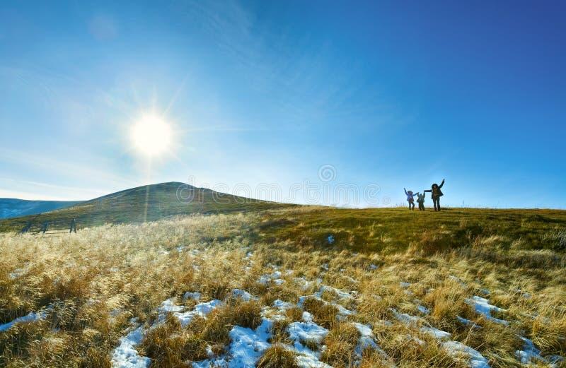 περίπατος οικογενειακών βουνών φθινοπώρου στοκ εικόνες
