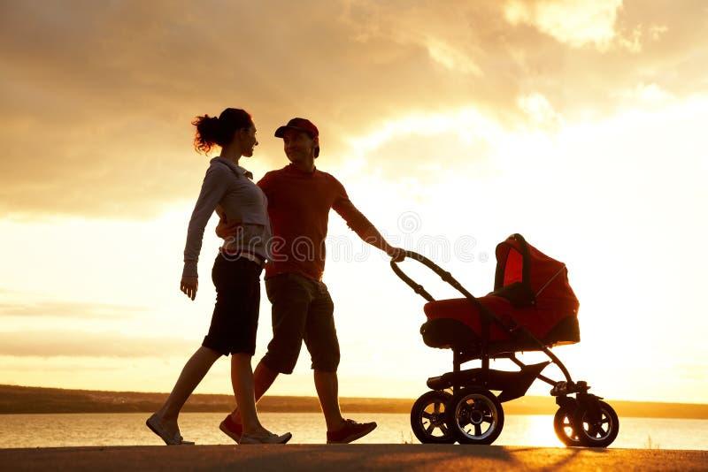 περίπατος οικογενεια&kap στοκ εικόνα με δικαίωμα ελεύθερης χρήσης