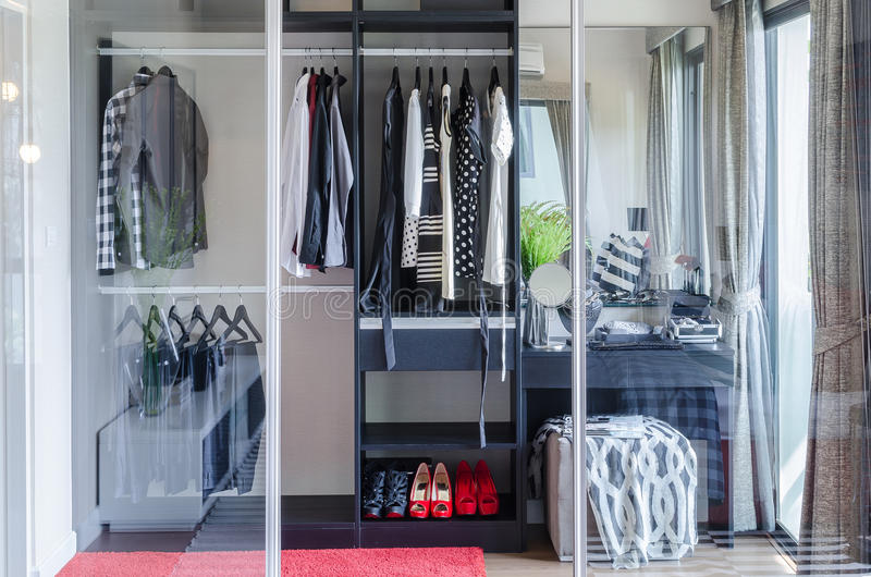 Περίπατος στο ντουλάπι με το χώρισμα γυαλιού στην κρεβατοκάμαρα στοκ εικόνες με δικαίωμα ελεύθερης χρήσης