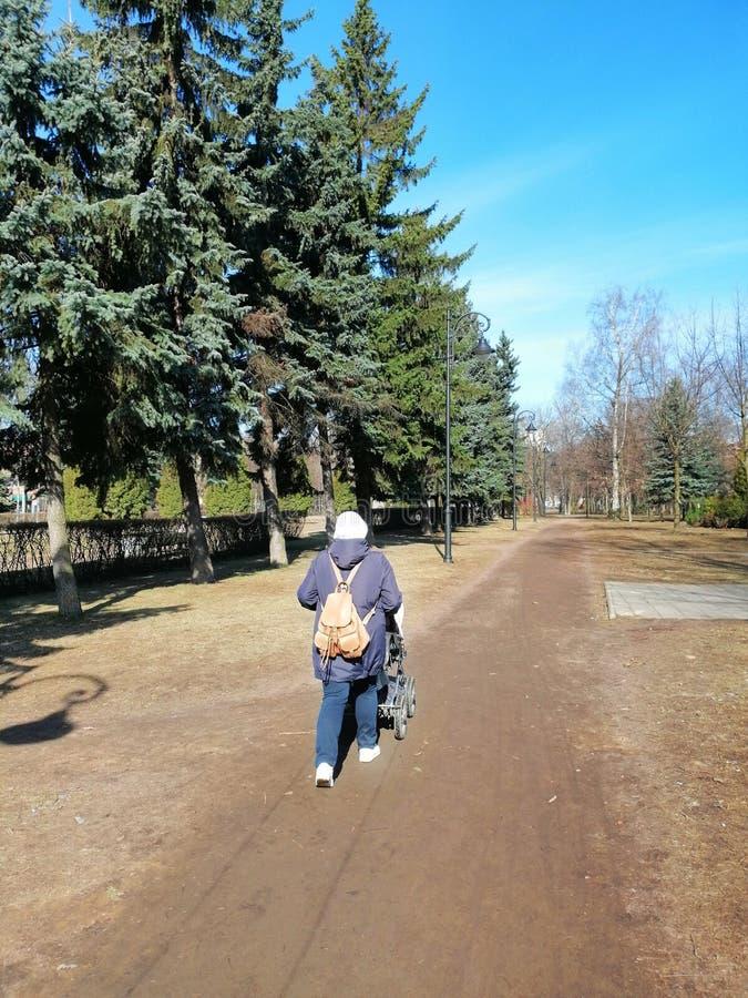 περίπατος στο πάρκο με ένα παιδί στοκ φωτογραφίες